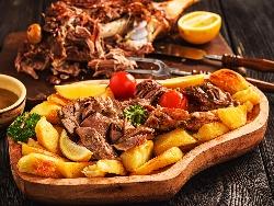 Печена агнешко месо от бут с картофи - снимка на рецептата